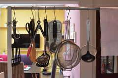 キッチンツールはフックに掛けて収納されています。(2018-03-19,共用部,KITCHEN,1F)