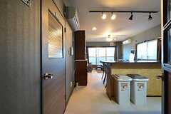 廊下側から見たキッチンとリビングの様子。(2015-11-27,共用部,LIVINGROOM,3F)