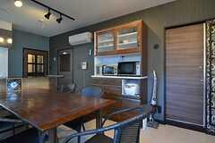 食器棚の様子。右手のドアが301号室です。(2015-11-27,共用部,LIVINGROOM,3F)