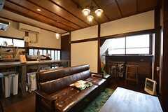 リビングの様子2。3シーターのソファが置かれています。(2015-01-17,共用部,LIVINGROOM,1F)