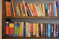 リビングの本棚にはペーパーバックが。(2015-01-17,共用部,OTHER,1F)