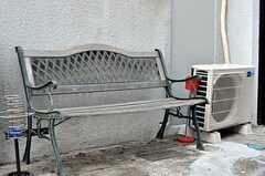 玄関前のベンチ。(2011-04-11,共用部,OTHER,1F)