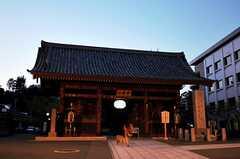 駅名にもなっている護国寺の正門。(2011-04-11,共用部,ENVIRONMENT,1F)