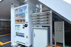 階段下には自販機とポスト、宅配ボックスが設置されています。(2014-01-10,共用部,OTHER,1F)