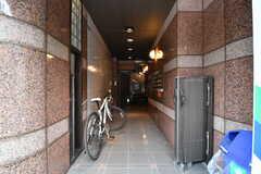 アプローチの様子。奥にエレベーターが設置されています。(2017-10-18,周辺環境,ENTRANCE,1F)