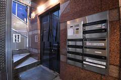 共用のポストの様子。ドアの先がエレベーターです。(2017-10-18,周辺環境,ENTRANCE,1F)