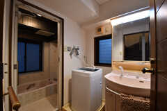 バスルームの脱衣室の様子。左手からバスルーム、洗濯機、洗面台です。(2017-10-18,共用部,BATH,9F)
