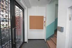 シェアハウスの正面玄関内部の様子。(2008-11-25,共用部,OTHER,1F)