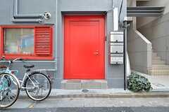 シェアハウスの玄関。開けるとすぐに階段があります。(2016-02-17,周辺環境,ENTRANCE,1F)