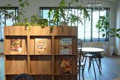 本棚には植栽が並びます。(2015-02-06,共用部,LIVINGROOM,9F)