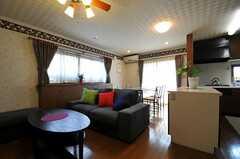 シェアハウスのリビングの様子3。ソファーの脇にはカウンターテーブルがあります。(2011-05-18,共用部,LIVINGROOM,1F)