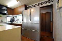 冷蔵庫の様子。奥に見える廊下を右に行くと、バスルームがあります。(2011-05-18,共用部,KITCHEN,1F)