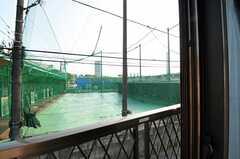 窓から見た外の景色。目の前にはバッティングセンターがあります。(202号室)(2011-05-18,専有部,ROOM,2F)