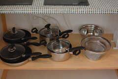フライパンや鍋類はヒーターの下に収納されています。(2016-08-05,共用部,KITCHEN,1F)