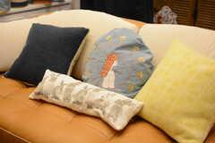 ソファにはいろんなクッションが置かれています。(2017-10-17,共用部,LIVINGROOM,1F)