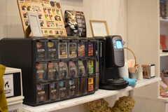 コーヒーは1杯50円ほどで淹れることができます。(2017-10-17,共用部,LIVINGROOM,1F)
