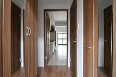 玄関から見た内部の様子。(105号室)(2017-10-17,専有部,ROOM,1F)