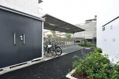 通路の奥に自転車置き場があります。(2017-10-17,共用部,GARAGE,1F)