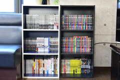 本棚には漫画本などが並んでいます。(2020-02-13,共用部,OTHER,2F)