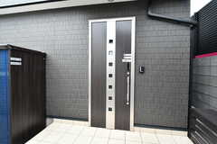 シェアハウスの玄関ドアの様子。鍵はオートロック付きで、ICキーをタッチするか暗証番号を入力すると解錠できます。(2020-05-19,周辺環境,ENTRANCE,1F)