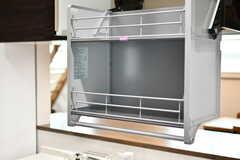 吊戸棚は食器を片付けやすいよう、手前に引くと中身ごと降りてきます。(2020-05-19,共用部,KITCHEN,2F)