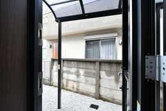 ドアを開けると屋外の物干しスペース。屋根付きです。物干し竿などはこれから設置予定とのこと。(2020-05-19,共用部,OTHER,1F)