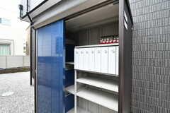 玄関脇の小屋の中には郵便受けと宅配ボックスが設置されています。郵便受けは専有部ごとに用意されています。(2020-05-19,共用部,OTHER,1F)