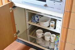 ガスコンロの下は共用の食器が収納されています。(2016-06-08,共用部,KITCHEN,2F)