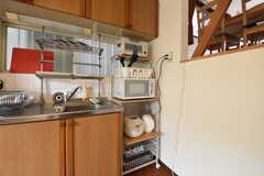 キッチン脇の棚には、電子レンジや電子ポットが設置されています。(2016-06-08,共用部,KITCHEN,2F)