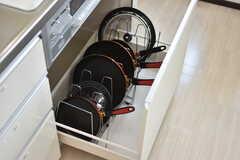引き出しにはフライパンや鍋が収納されています。(2018-07-13,共用部,KITCHEN,3F)