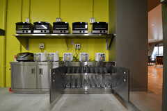 収納棚の様子。収納棚にはキッチン家電が並んでいます。収納の下には共用のグラスが用意されています。(2017-09-12,共用部,KITCHEN,1F)