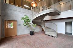 階段の様子。2Fには会議室が用意されています。(2017-09-12,共用部,OTHER,1F)