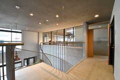 階段周辺の様子。奥が会議室です。会議室は大学寮の入居者さんも利用をするとのこと。(2017-09-12,共用部,OTHER,2F)