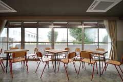 テーブル席の様子。掃出し窓からベランダへ出られます。(2017-09-12,共用部,OTHER,2F)