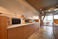 キッチンの対面は収納棚です。収納棚にはキッチン家電が並んでいます。(2017-09-12,共用部,OTHER,2F)