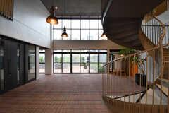 奥の掃き出し窓から共有スペース「ビッグテーブル」へ出られます。(2017-09-12,周辺環境,ENTRANCE,1F)