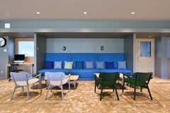 青いソファが印象的です。(2017-11-10,共用部,LIVINGROOM,1F)