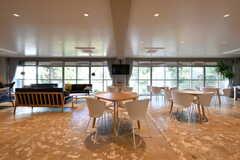 ラウンジの様子5。左手がソファスペース、右手は複数のテーブルが設置されているダイニングです。(2017-11-10,共用部,LIVINGROOM,1F)