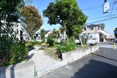 公道からも庭に入ることができます。入居者さん以外の方も一部利用可能とのこと。(2017-11-10,共用部,OTHER,1F)