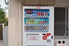 敷地内に自動販売機があります。(2015-06-11,共用部,GARAGE,1F)