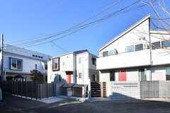 敷地内に3棟の建物があります。左手から2棟がシェアハウス、1棟がアパートです。(2017-01-31,共用部,OUTLOOK,1F)