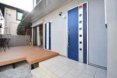 玄関の様子。玄関ドアが2つ並んでいます。左手の玄関はAcqua棟以外の入居者さん、右手の玄関はAcqua棟の入居者さんが使用します。(Acqua棟)(2017-01-31,周辺環境,ENTRANCE,1F)
