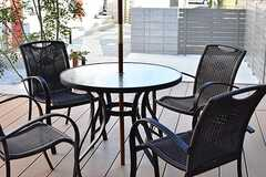 テラスにはテーブルとチェアが4脚用意されています。(Acqua棟)(2017-01-31,共用部,OTHER,1F)