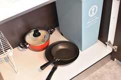 IHクッキングヒーターの下は共用の鍋やフライパンが収納されています。(Acqua棟)(2017-01-16,共用部,KITCHEN,1F)