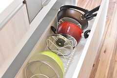 IHクッキングヒーターの下は共用の鍋やフライパンが収納されています。(Acqua棟)(2017-01-16,共用部,KITCHEN,2F)