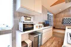 キッチンの対面は収納棚です。収納棚にはキッチン家電が並んでいます。(Acqua棟)(2017-01-16,共用部,KITCHEN,2F)