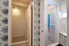 シャワールームとバスルームが並んでいます。(Acqua棟)(2017-01-16,共用部,BATH,2F)