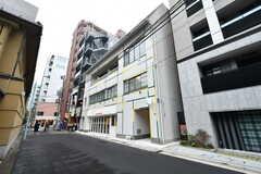 建物の外観。シェアハウス、オフィス、飲食店から成る複合施設です。(2017-12-08,共用部,OUTLOOK,1F)