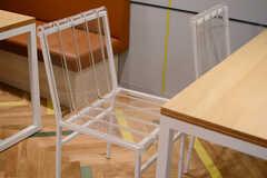 アクリルを使った椅子も、自然とこの空間に馴染んでいます。(2017-12-08,共用部,LIVINGROOM,2F)