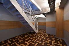 廊下の様子。階段の奥にドアがあります。(2017-12-08,共用部,OTHER,2F)